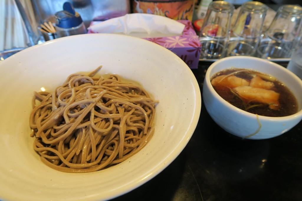 【浅草橋の美味しいそば】石川商店の肉つけそば750円。ラー油好きならハマる味。
