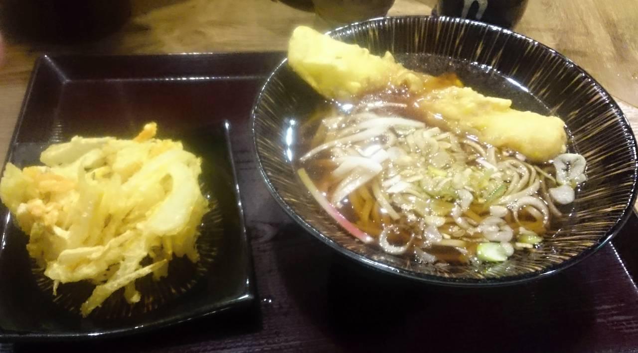 【美味しいそば】嵯峨谷池袋店 ちくわそば340円。十割そばなのに立ち食いそば値段。わかめも取り放題と素晴らしいお店。