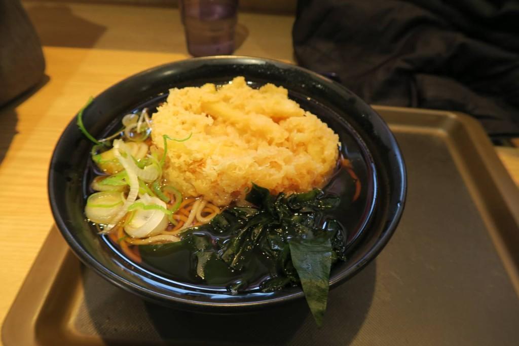 【美味しい富士そばの天ぷら】ジャガイモ天そば410円。ジャガイモは意外にそばと合う。