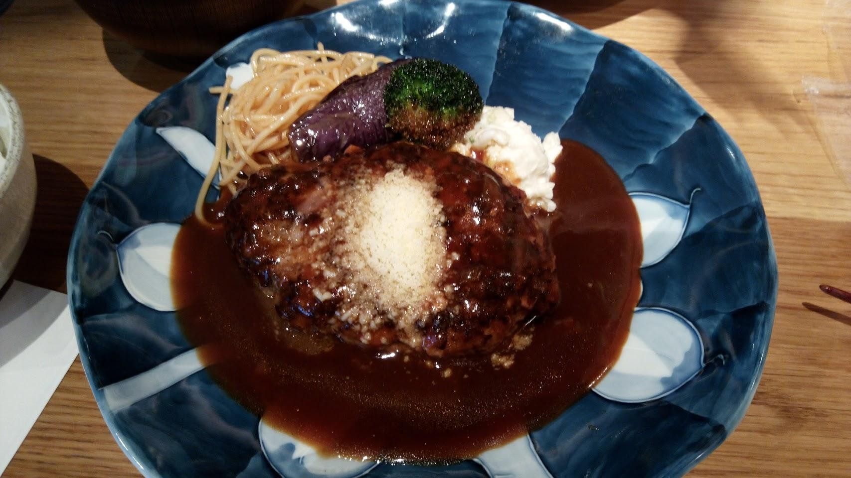 【美味しい渋谷のハンバーグ】山本のハンバーグ。ふんわりハンバーグ1,200円。つけ合わせの野菜は指定可能だそうで。