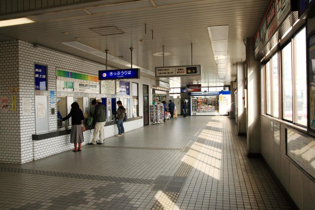 駅構内の風景。 本屋は今と変わらず。売店がないのでちょっと今のほうが不便。