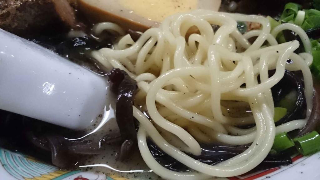 麺はぷりっとした細麺