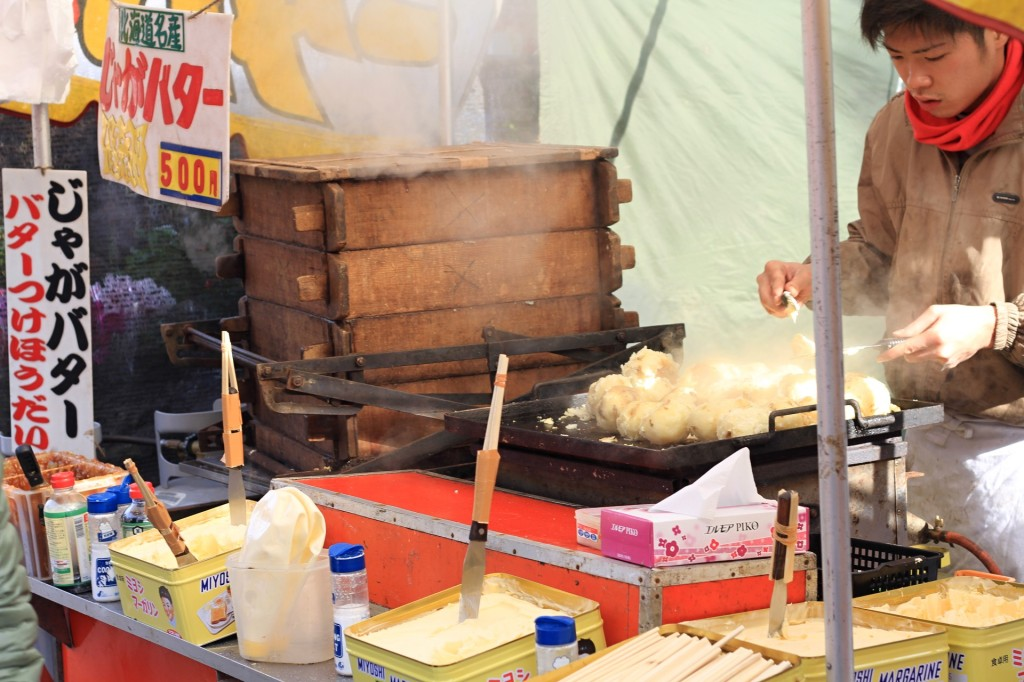 【街歩き-川越】2014年正月の喜多院の屋台風景。数は10軒以上。焼きまんじゅう300円。じゃがバターってじゃがマーガリンな件。