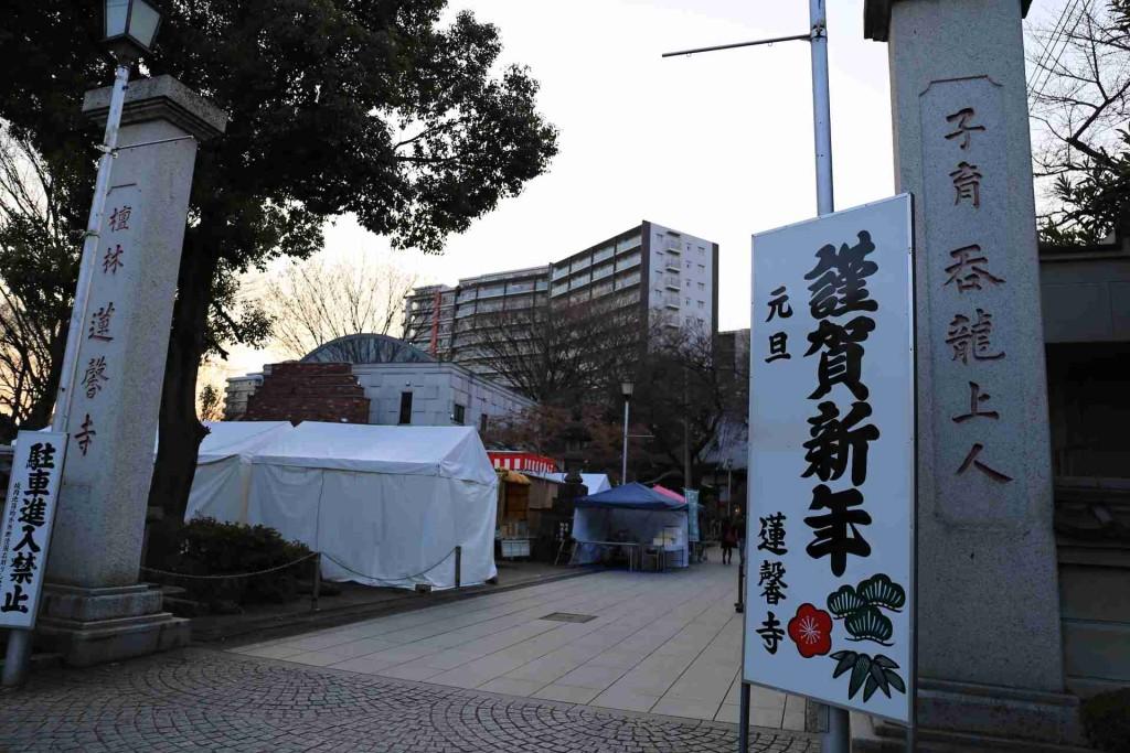 【川越-写真】川越氷川神社の境内。恋愛成就の願掛けがたくさん
