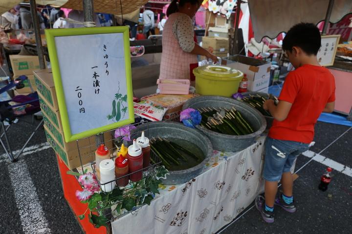 【美味しい川越祭り】屋台:冷やしきゅうり1本200円。まるひろ裏屋台村 味噌がミソ